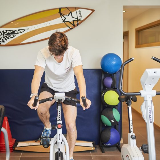 personne faisant du vélo d'appartement